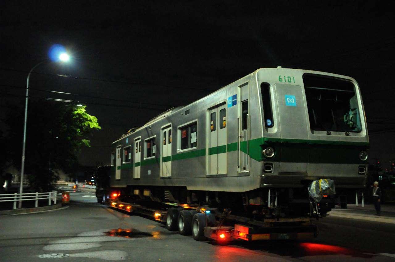 Kereta 6101 dari rangkaian 6101F berangkat dari dipo Shin-Kiba menuju pelabuhan Tokyo | Foto : Masaaki Yoshida