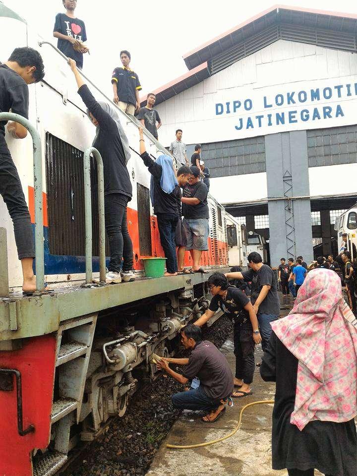 Para peserta yang sangat antusias mencuci lokomotif CC201-77 13 | Foto: Emmanuel Rio C