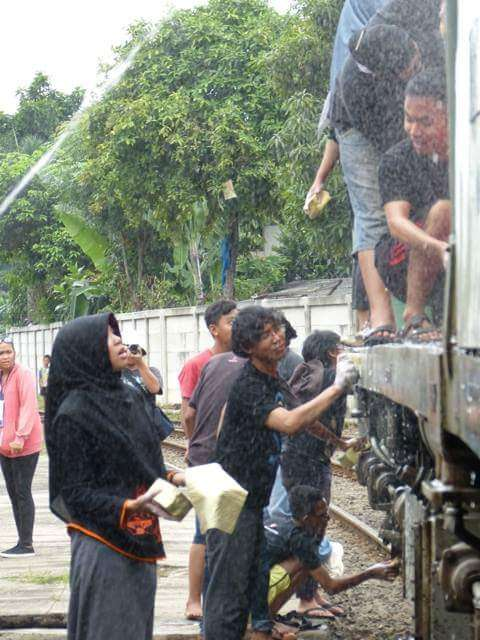 Serunya acara cuci lokomotif! | Foto: Andi Ardiansyah