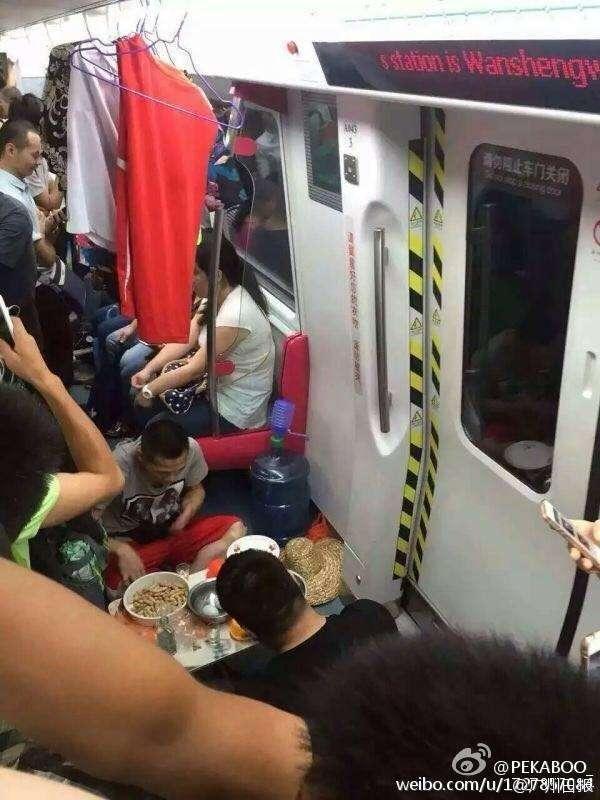 Pemuda yang sedang makan lesehan di kereta komuter | sumber: CCTVNews (Facebook)