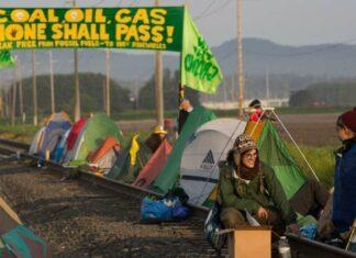 Para aktivis lingkungan yang berkemah diatas jalur KA | Foto: Grant Hindsley via AP
