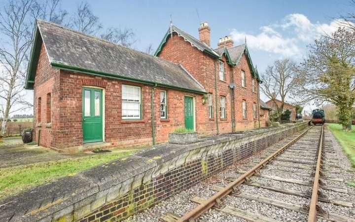 Stasiun Rippingale dengan lokomotif uap dan relnya | sumber: telegraph.co.uk
