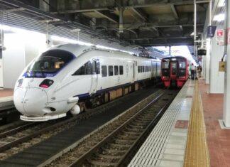 KRL Ekspress Terbatas seri 885 dan KRL seri 813 milik JR Kyushu | Sumber: ntonrail.blogspot.com