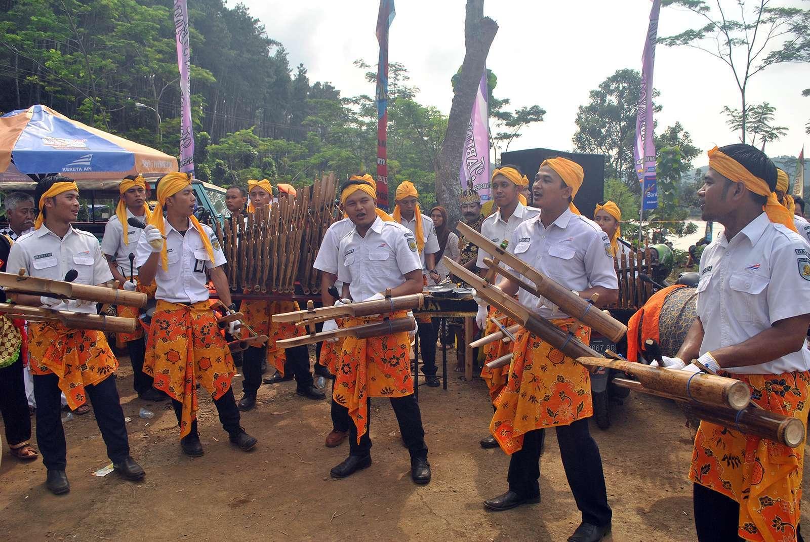 "Grup Kentongan ""KepoLima"" yang beranggotakan pegawai PT KAI Daop 5 bagian sarana   Foto: Garda Wardana"