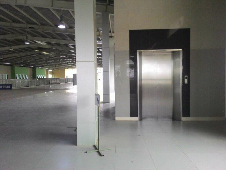 Hall yang luas dan lift di stasiun Kebayoran