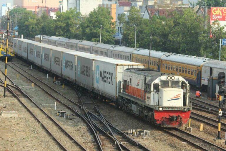 CC 201 05 saat uji coba KA angkutan peti kemas di Divre 1