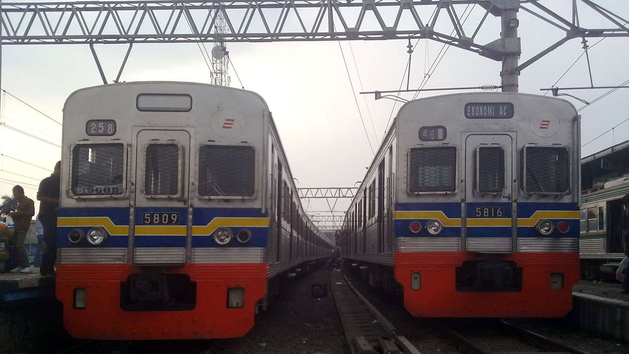 KRL TM 5009F dan 5016F di stasiun Bogor, 21 Juli 2010 (Kevin W)