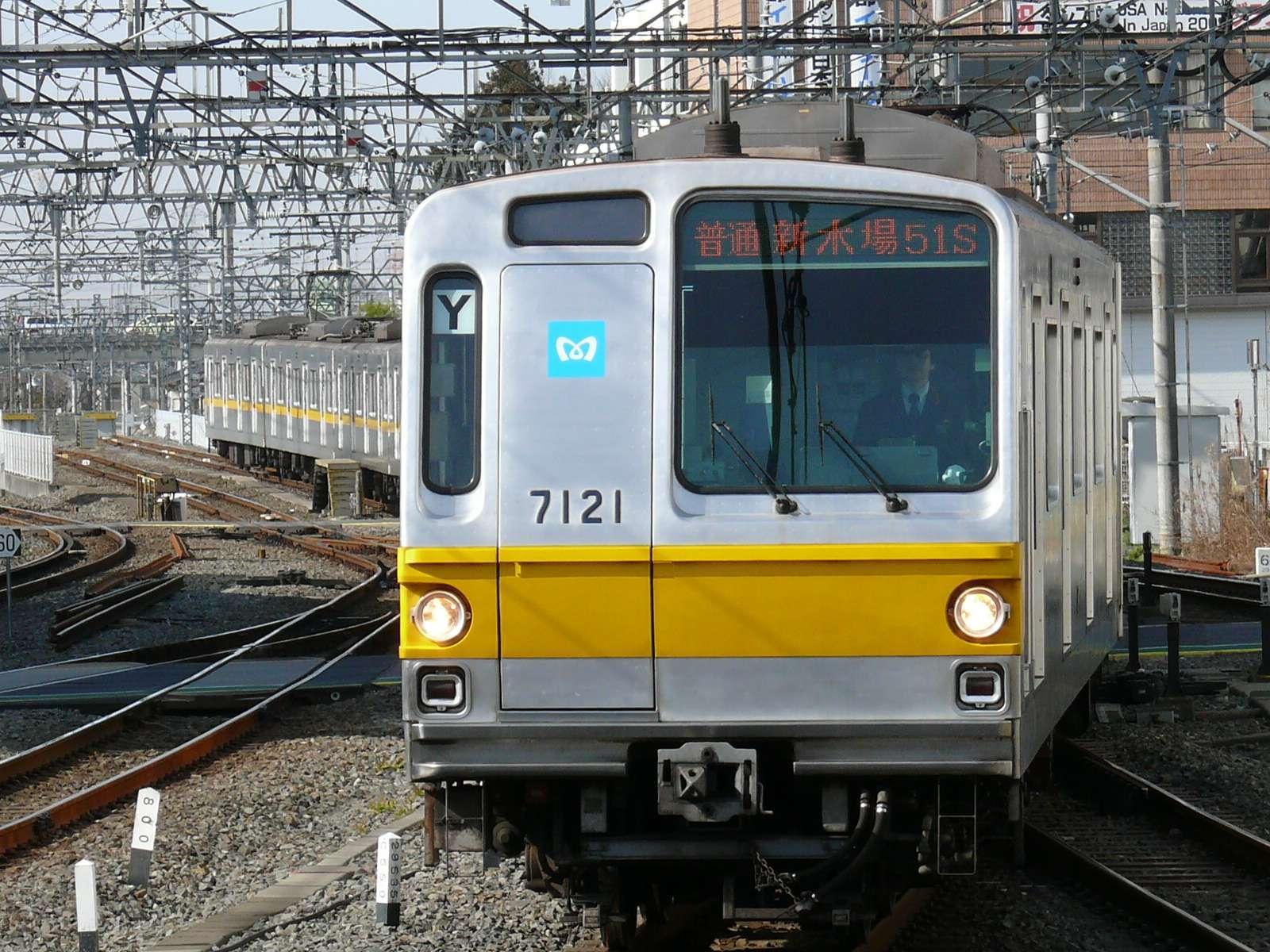 KRL 7121F di stasiun Kawagoeshi, 9 Februari 2009 (http://netrain.makibisi.net/trainphoto/tokyometro/7000.htm)