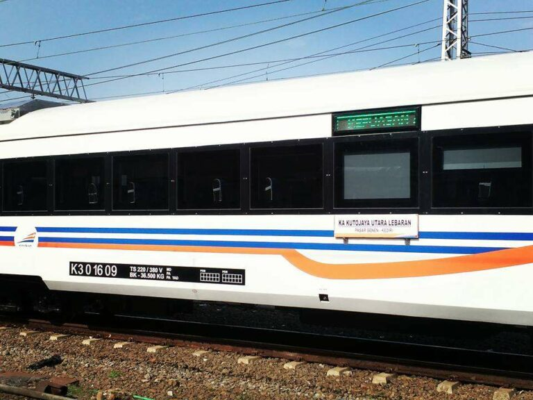 Tampak luar kereta ekonomi terbaru yang serupa dengan kereta eksekutif terbaru KAI | Foto: Andi Ardiansyah