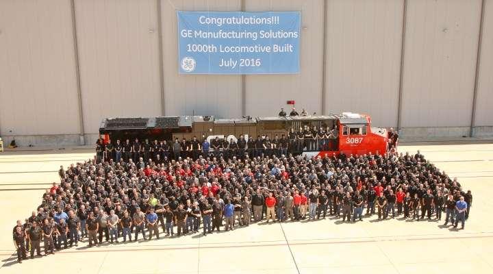 Para pekerja di GE Manufacturing Solutions dengan lokomotif ke-1000 mereka | Sumber: globalrailnews.com (klik foto)