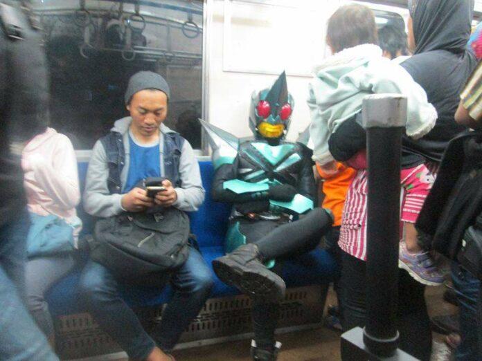 Tanpa Sepeda Motor, Kamen Rider Ini Pulang Naik KRL