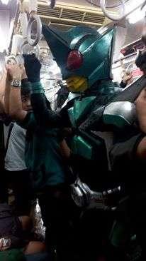 Sang Kamen Rider sedang berdesak-desakan didalam KRL | Foto: Divi Ari