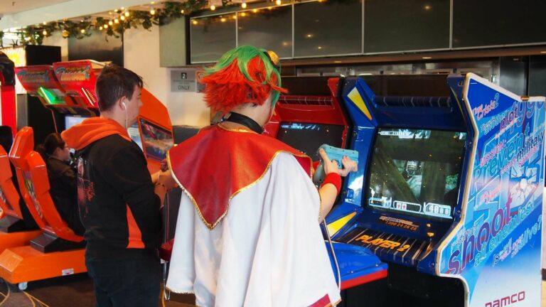 Pengunjung sedang bermain Time Crysis