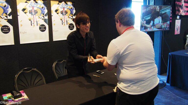 HachiojiP sedang melakukan Signing session