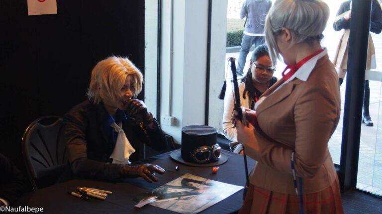Yuegene Fay sedang berinteraksi dengan fansnya