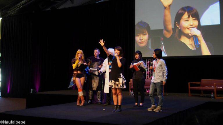 Ai Nonaka (Ai-Pon) sedang bermain game bersama para pengunjung SMASH!