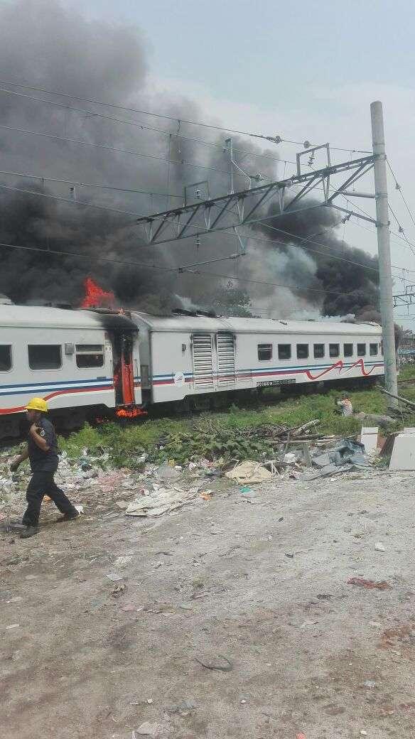 Api di kereta makan pembangkit menyambar kereta penumpang.