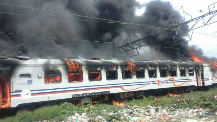 KA Kertajaya Terbakar Di Tanjung Priok