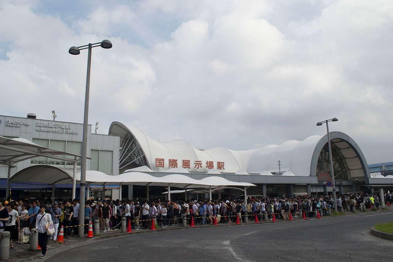 Suasana antrian di depan stasiun Kokusai-Tenjijo yang mengular di Comiket 88. (Kevin W)
