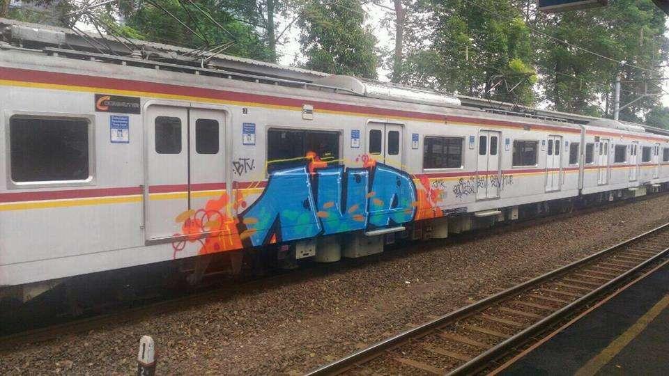Kereta 6711 di rangkaian 6011F yang menjadi korban vandalisme | Sumber: Nata Van Houten (KRL-Mania / Facebook)