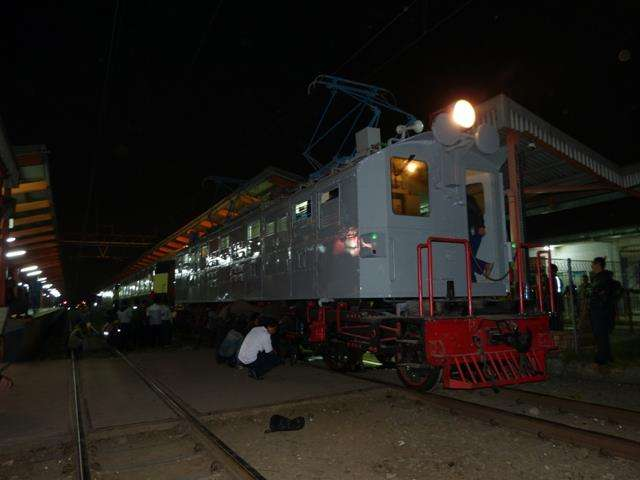 "Lokomotif seri ESS-3201 ""Si Bon-Bon"" dan 2 kereta Djoko Kendil di Stasiun Depok | Foto: Andi Ardiansyah"