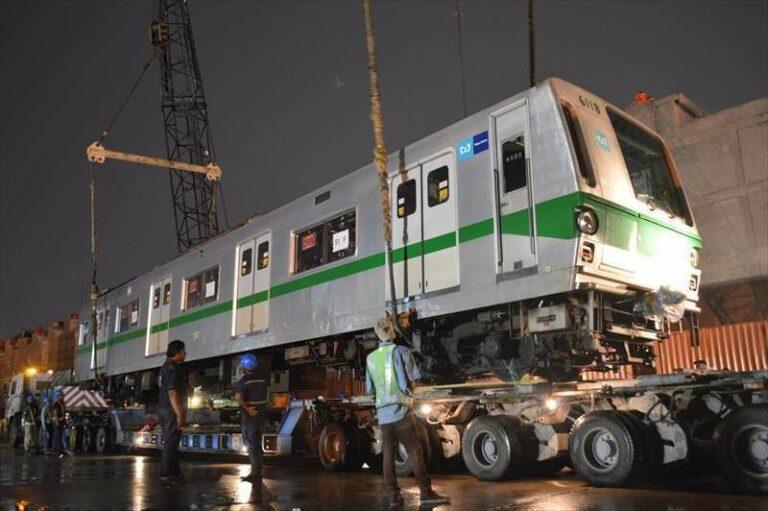 Kereta 6118 yang diturunkan dari kapal ke rel | Foto: Satoshi Takagi