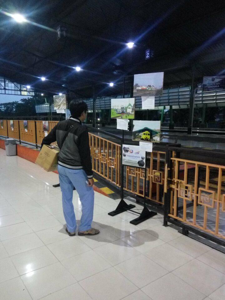 Penumpang KA menikmati pameran sembari menunggu keretanya datang