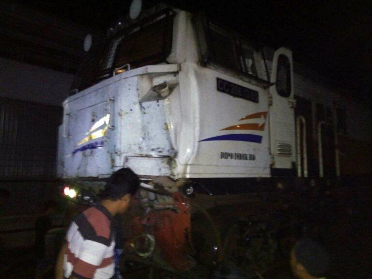 Muka lokomotif CC206 95 yang remuk sehabis tertemper oleh truk pengangkut Backhoe
