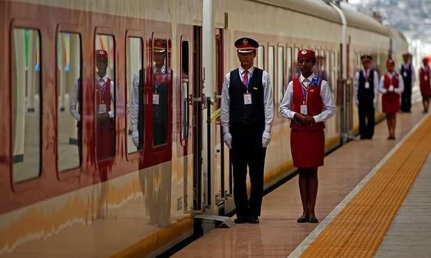 Petugas kondektur Ethiopian Railway asal Tiongkok dan seorang pramugari asal Ethiopia sedang bersiap saat jelang pengoperasian jalur kereta api Ethiopia-Djibouti.
