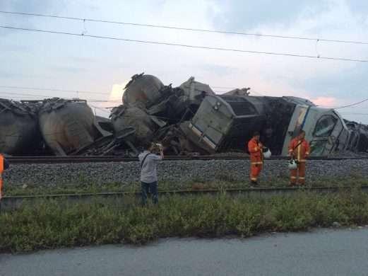 Dua lokomotif yang ikut anjlok | Sumber: New Strait Times