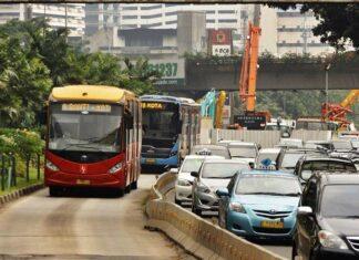 Bus Yutong (merah)produk buatan Tiongkok dan bus Scania (biru) buatan Swedia (ilustrasi) | Foto: Fasubkhanali