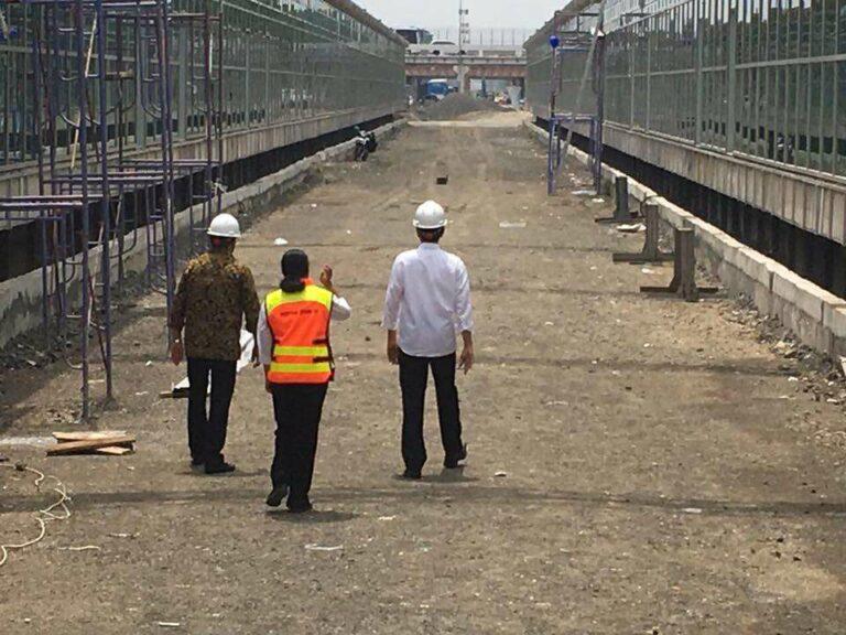 Presiden Joko Widodo saat memantau proyek KA Bandara Soekarno-Hatta