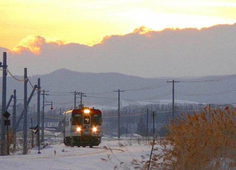 KRD CR70 yang dioperasikan oleh JR Hokkaido di dekat stasiun Nishitomi di jalur Furusato Ginga   Sumber: en.wikipedia.org / まも(Mamo)