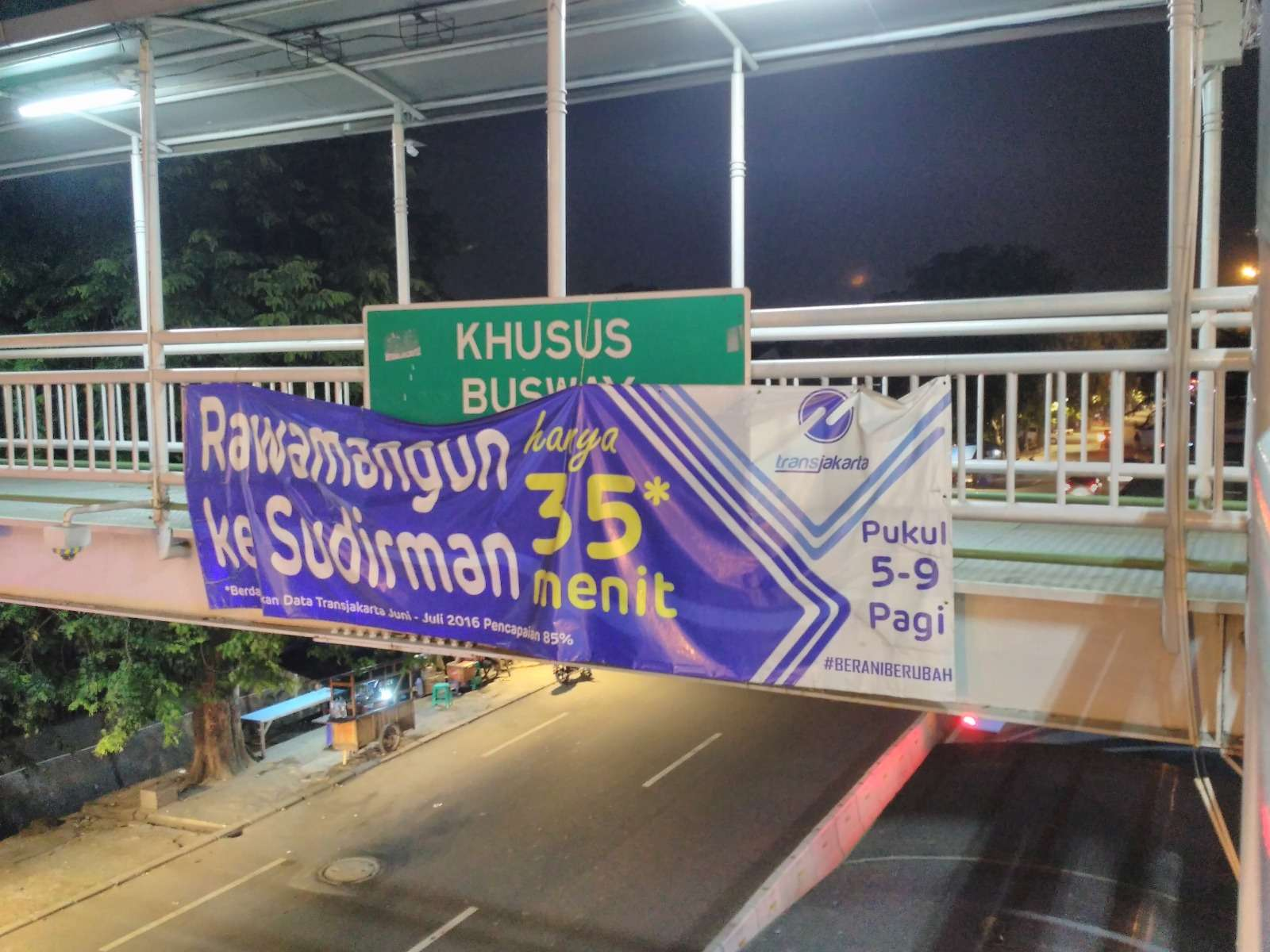 """Spanduk """"Rawamangun ke Sudirman hanya 35 menit*"""""""