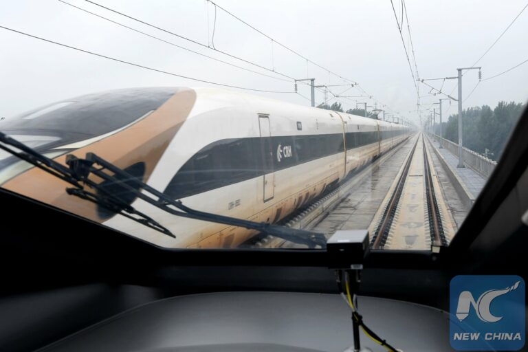 Pemandangan dari kabin salah satu purwarupa kereta cepat Tiongkok | Foto: New China