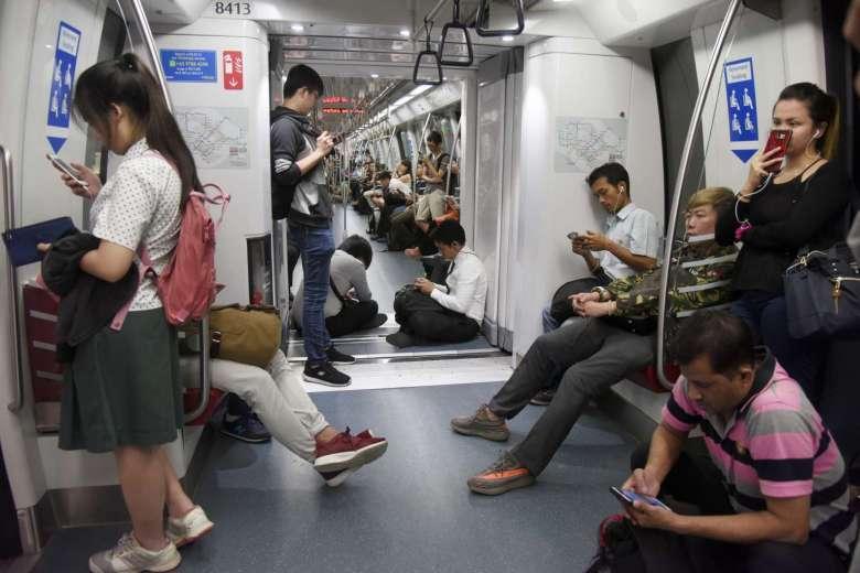Suasana dalam rangkaian KA yang terhambat akibat adanya gangguan. | Sumber: Straitstimes.