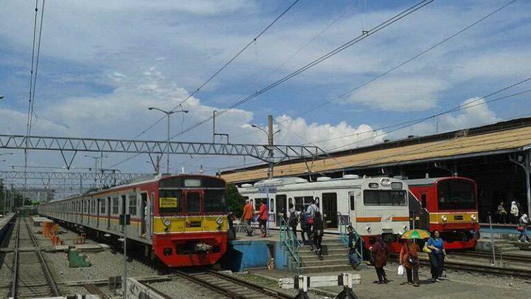 KRL JR 203, 103, dan 205 di stasiun Bogor, 16 Desember 2013. (Kevin Wilyan)