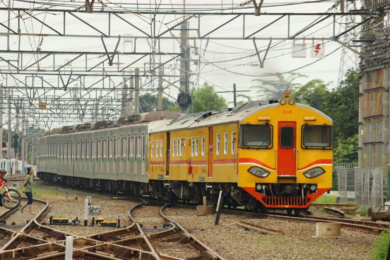 KRD NW menarik rangkaian 6131F (KAORI Nusantara / Farouq Adhari)