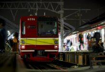 KRL Commuter Line di malam hari.   Foto: Farouq Adhari