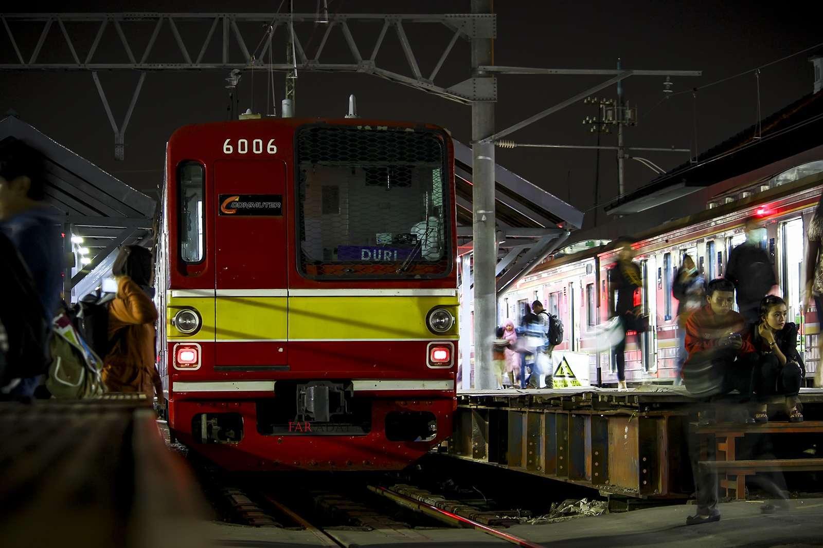 KRL Commuter Line di malam hari. | Foto: Farouq Adhari