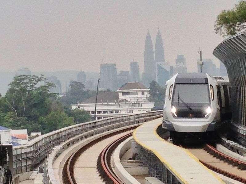 Rangkaian kereta MRT Malaysia saat melewati Stasiun Semantan. | Sumber: Wikipedia.