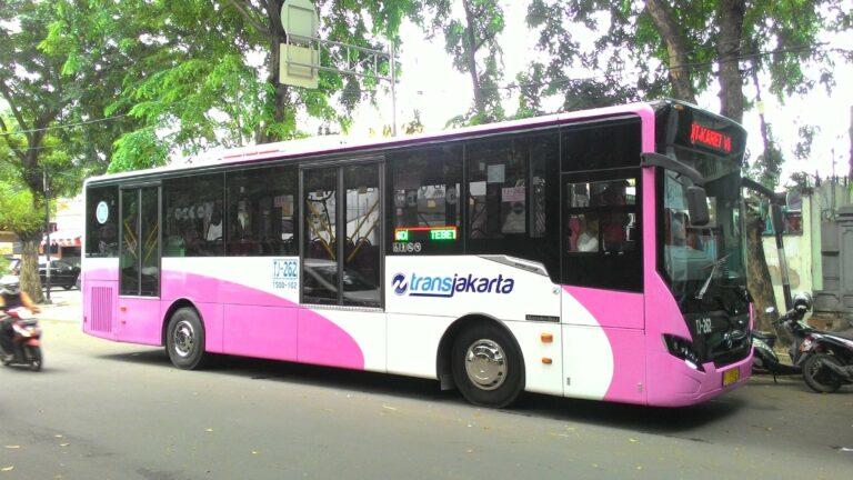 Salah satu unit Bus Khusus Wanita BKW) Transjakarta, Mercedes-Benz OH1526 dengan bodi Cityline2 besutan karoseri Laksana | Faris Fadhli)
