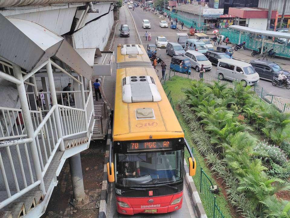 Bus Transjakarta Ankai HFF6180G02D dengan nomor unit TJ 0042, serupa bus yang terbakar, melintasi stasiun BRT Senen. (Kevin Wilyan)