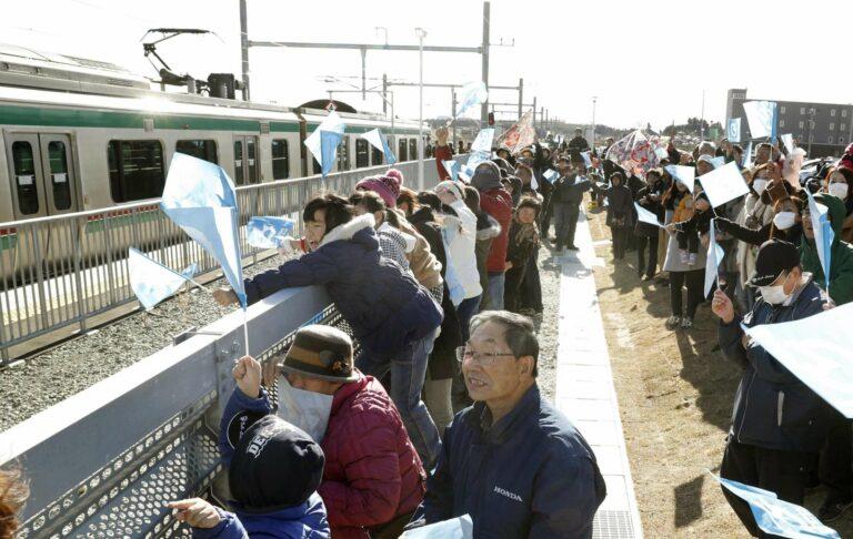 Masyarakat lokal yang menghadiri upacara pembukaan kembali sebagian jalur Joban. | Sumber: Kyodo