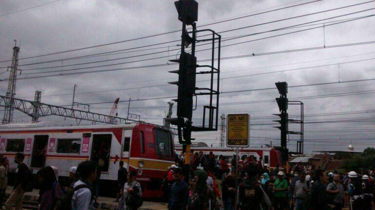 Penumpukan Penumpang di Stasiun Manggarai akibat gangguan lintas layang | Foto: Perdana Hadi