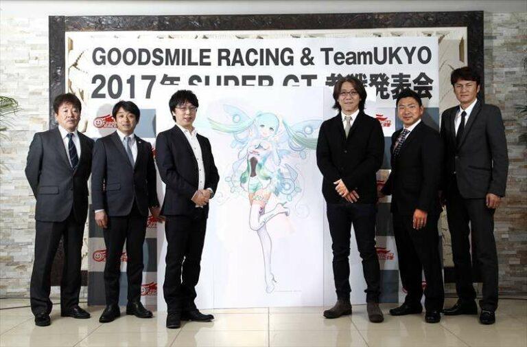 Para staf GoodSmile Racing & TeamUKYO dalam peluncuran maskot Racing Miku 2017 (sumber: ameblo.jp)