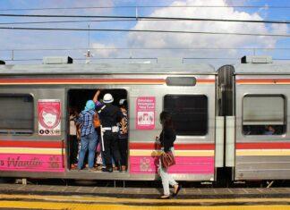 Penumpang KRL di Stasiun Juanda (KAORI Nusantara / Farouq Adhari)