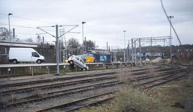 Sebuah mobil yang ditemukan tersungkur di rel Stasiun Norwich   Foto: Antony Kelly