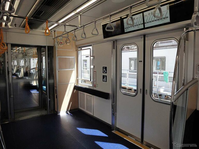 Interior KRL seri 13000 jalur Hibiya   Foto: Ōno Masato