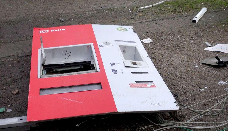 Bagian depan dari mesin tiket yang meledak (The Local / DPA)